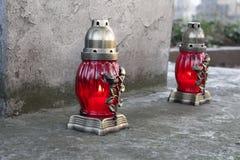 Dos lápidas mortuarias de las lámparas foto de archivo libre de regalías