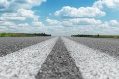 Dos líneas blancas sólidas en la carretera de asfalto Foto de archivo