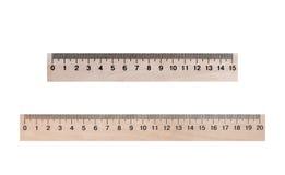 Dos líneas de madera 20 y 15 centímetros en un fondo blanco Fotografía de archivo