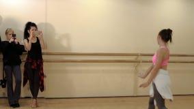 Dos lanzamientos de las muchachas el bailarín en los teléfonos almacen de metraje de vídeo