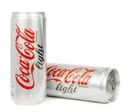 Dos latas mojadas de luz de la Coca-Cola Imagen de archivo libre de regalías
