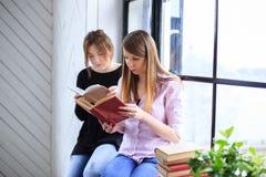 Dos libros de lectura de las mujeres jovenes Foto de archivo