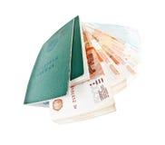 Dos libros del ruso y pilas de trabajo de billetes de banco fotos de archivo