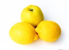 Dos limones y manzanas aislados en blanco Fotografía de archivo libre de regalías