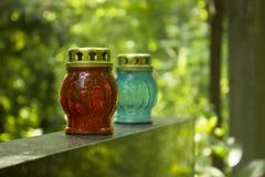 Dos linternas de la vela en piedras de la tumba en cementerio en verano fotos de archivo libres de regalías