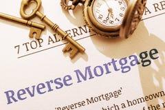 Dos llaves de cobre amarillo y un reloj de bolsillo en un documento reverso de la instrucción de la hipoteca Fotografía de archivo