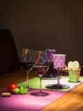 Dos llenaron las copas de vino rojas en la tabla de madera Foto de archivo