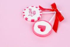 Dos lollipops de la tarjeta del día de San Valentín Foto de archivo
