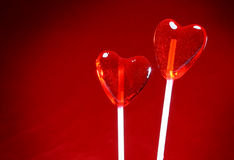 Dos lollipops en forma de corazón para la tarjeta del día de San Valentín Imágenes de archivo libres de regalías