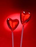 Dos lollipops en forma de corazón para la tarjeta del día de San Valentín Imagen de archivo libre de regalías
