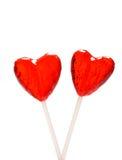 Dos lollipops en forma de corazón para la tarjeta del día de San Valentín Imagenes de archivo