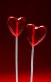 Dos lollipops en forma de corazón para la tarjeta del día de San Valentín Fotos de archivo libres de regalías