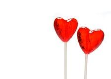 Dos lollipops en forma de corazón para la tarjeta del día de San Valentín Fotografía de archivo