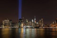 Dos luces azules enormes en el cielo de Manhattan Foto de archivo