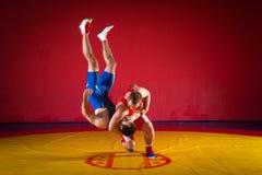 Dos luchadores de los hombres jovenes Foto de archivo
