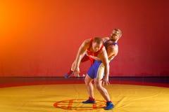 Dos luchadores de los hombres jovenes Imagen de archivo