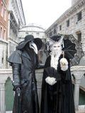 Dos máscaras durante carnaval en el puente de suspiros Imágenes de archivo libres de regalías
