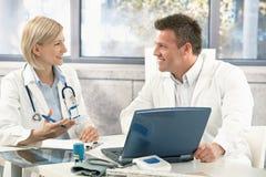 Dos médicos que consultan Imagenes de archivo