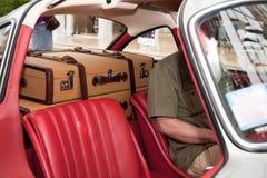 Dos maletas en el coche Fotos de archivo libres de regalías