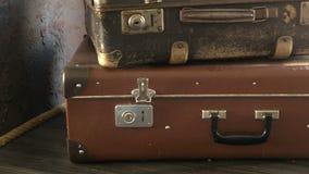 Dos maletas viejas están en el estante metrajes