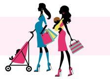 Dos mamas hermosas que hacen compras con los niños Imagen de archivo libre de regalías