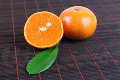 Dos mandarinas en una servilleta de bambú Imagen de archivo libre de regalías