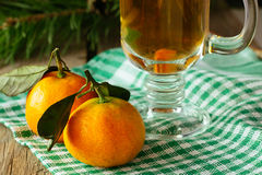 Dos mandarinas y bebida caliente Imágenes de archivo libres de regalías