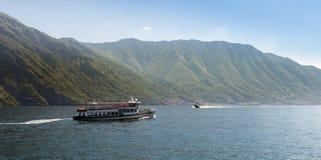 Dos maneras diferentes de cruzar el lago Como con los barcos Imagen de archivo