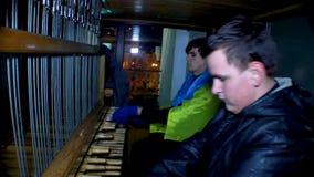 Dos manifestantes masculinos que tocan el instrumento musical para apoyar a gente ucraniana almacen de metraje de vídeo