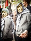 Dos manifestantes que llevan la máscara anónima en el townhall de Sydney fotografía de archivo