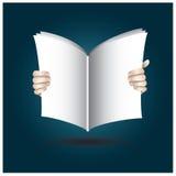 Dos manos abren el libro en la lectura Fotos de archivo libres de regalías