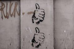 Dos manos con el pulgar para arriba dibujado en una pared Fotografía de archivo libre de regalías