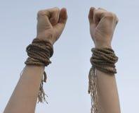 Dos manos con la cuerda quebrada Foto de archivo libre de regalías