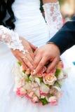 Dos manos con los anillos de oro Fotografía de archivo