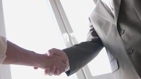 Dos manos de la sacudida del socio comercial al encontrarse entre un hombre y una mujer en traje Reparto acertado C?mara lenta 38 almacen de metraje de vídeo