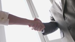 Dos manos de la sacudida del socio comercial al encontrarse entre un hombre y una mujer en traje Reparto acertado C?mara lenta 38 almacen de video