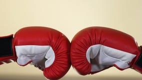 Dos manos de los opositores en los guantes de boxeo, competencia de deporte, resistencia, conflicto metrajes