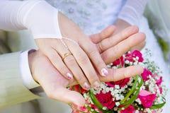 Dos manos de un par casado justo fotos de archivo