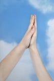 Dos manos en fondo del cielo Imágenes de archivo libres de regalías