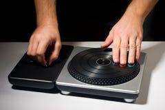 Dos manos en juego de la placa giratoria de DJ Imagenes de archivo