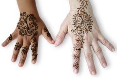 Dos manos femeninas con los tatuajes de la alheña. Fotografía de archivo libre de regalías