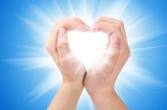 Dos manos forman una dimensión de una variable del corazón Imágenes de archivo libres de regalías