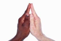 Dos manos que forman una iglesia con una aguja (basada en han de un niño Fotos de archivo