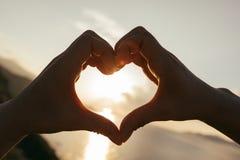 Dos manos que hacen forma del corazón foto de archivo libre de regalías