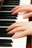 Dos manos que juegan música Imagen de archivo libre de regalías