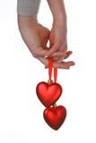 Dos manos que llevan a cabo corazones rojos Fotos de archivo libres de regalías