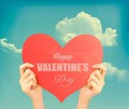 Dos manos que llevan a cabo el día de tarjetas del día de San Valentín rojo del corazón b retro stock de ilustración