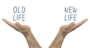Dos manos que se sostienen en equilibrio vieja vida y nueva vida fotografía de archivo libre de regalías