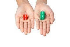 Dos manos que sostienen la fracción cortan en cuadritos Imagen de archivo