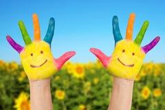 Dos manos sonrientes en el día de verano soleado Foto de archivo libre de regalías